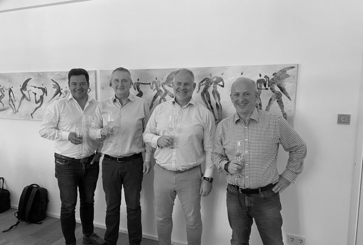 v.l.n.r. Axel Schmied (Geschäftsführung MAIT GmbH), Peter Scheuner (COO & VR bytics Group AG), Pascal Eltschinger (CEO & VR-P bytics Group AG), Stefan Niehusmann (Geschäftsführung MAIT GmbH). Alle Beteiligten wurden im Vorfeld negativ auf COVID-19 getestet.